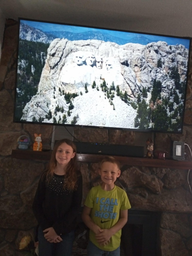 Sierra and Carter taking a virtual trip to Mount Rushmore